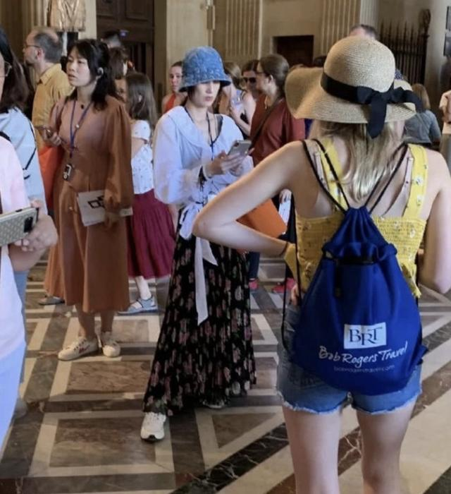 黄圣依卢浮宫内被偶遇,发现被偷拍后面露不悦,获网友力挺(图8)