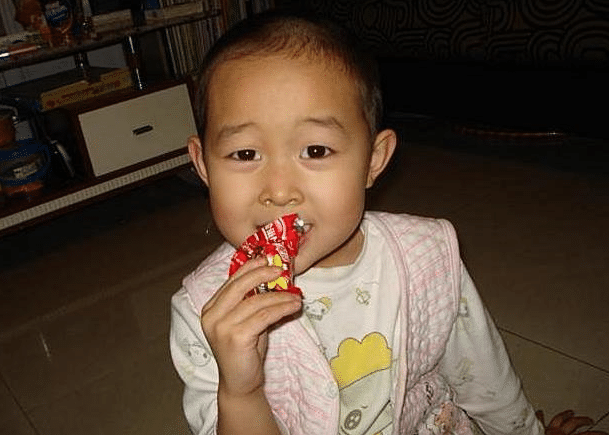 3岁娃错把502胶当眼药水滴进眼睛,医生大赞,父亲救了娃的眼睛