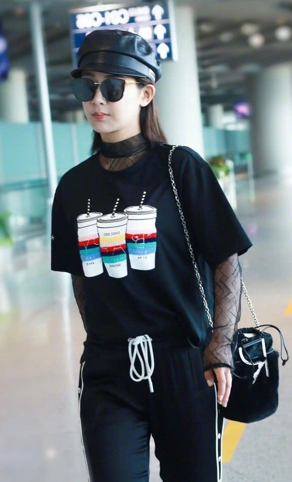 """杨紫因在T恤里穿""""黑纱"""",手臂粗了整整一圈,但意外显时髦"""