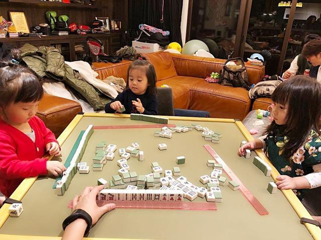 原创            欧弟晒全家福庆祝40岁生日,被女儿抠鼻子,贾静雯夫妇也现身派对 娱乐八卦 第7张