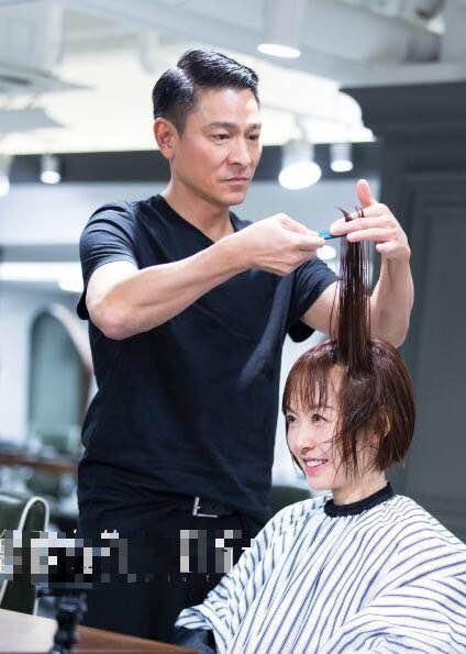 除了可以给别人剪头发外,刘德华还拿着推子给自己修剪了发型,这技术还图片