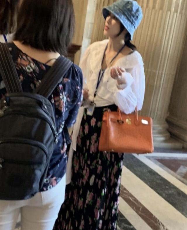 黄圣依卢浮宫内被偶遇,发现被偷拍后面露不悦,获网友力挺(图7)