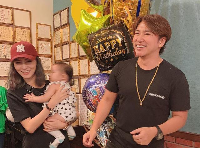 原创            欧弟晒全家福庆祝40岁生日,被女儿抠鼻子,贾静雯夫妇也现身派对 娱乐八卦 第9张