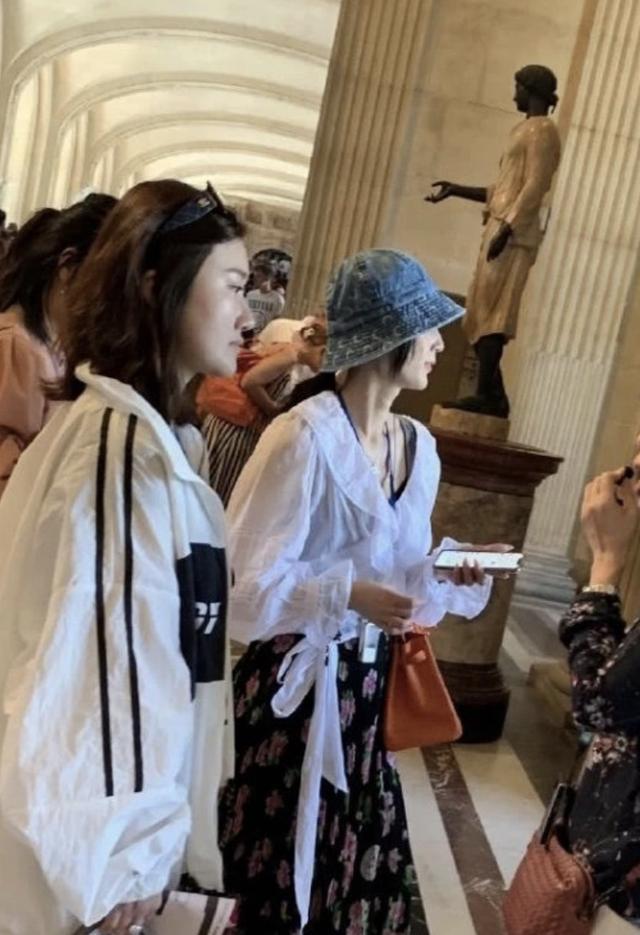 黄圣依卢浮宫内被偶遇,发现被偷拍后面露不悦,获网友力挺(图9)