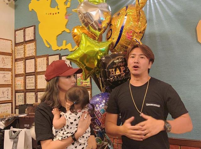 原创            欧弟晒全家福庆祝40岁生日,被女儿抠鼻子,贾静雯夫妇也现身派对 娱乐八卦 第10张