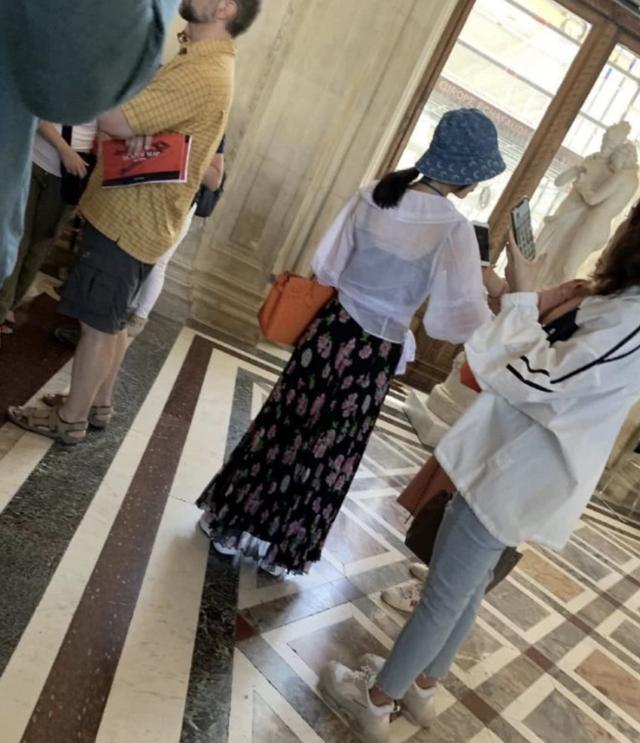 黄圣依卢浮宫内被偶遇,发现被偷拍后面露不悦,获网友力挺(图10)