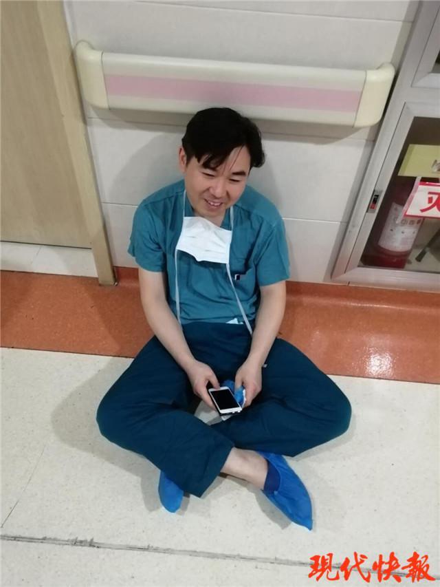 连做4台手术后医生瘫坐在老婆病房门前:我的孩子正在抢救