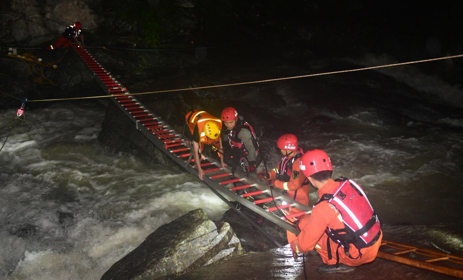 为救被困人员不幸被山洪冲走 消防员遗体被找到