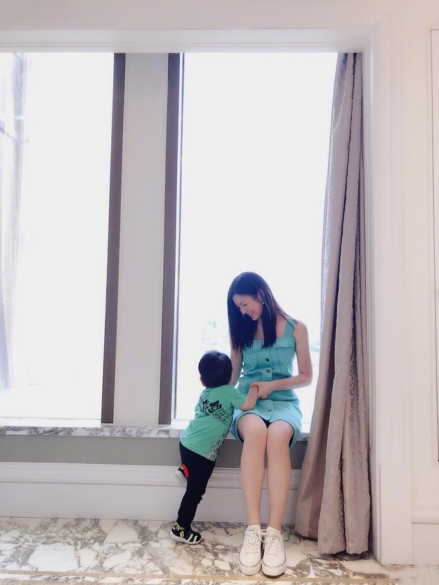 原创            陈妍希罕见晒全家福为陈晓庆生,并甜蜜互动,小星星兔牙超萌抢镜 娱乐八卦 第15张