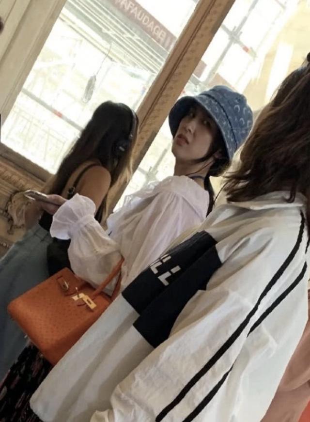 黄圣依卢浮宫内被偶遇,发现被偷拍后面露不悦,获网友力挺(图12)