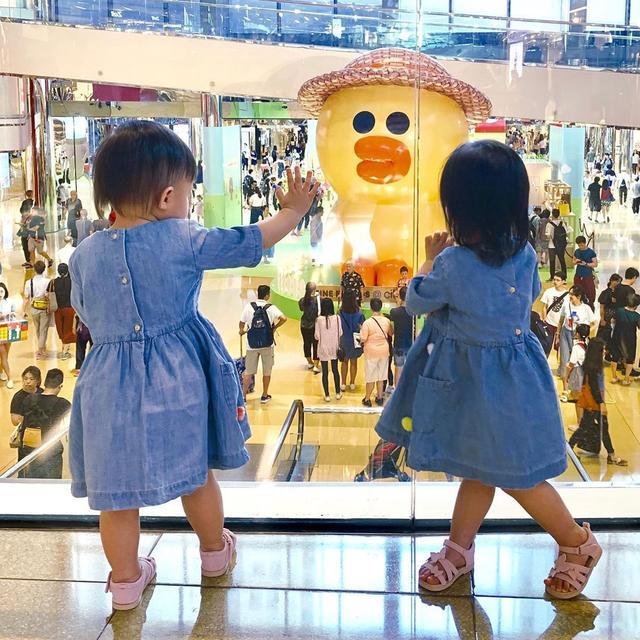 熊黛林一家人罕见出游,双胞胎女儿开心游玩造型萌爆了 chunji.cn