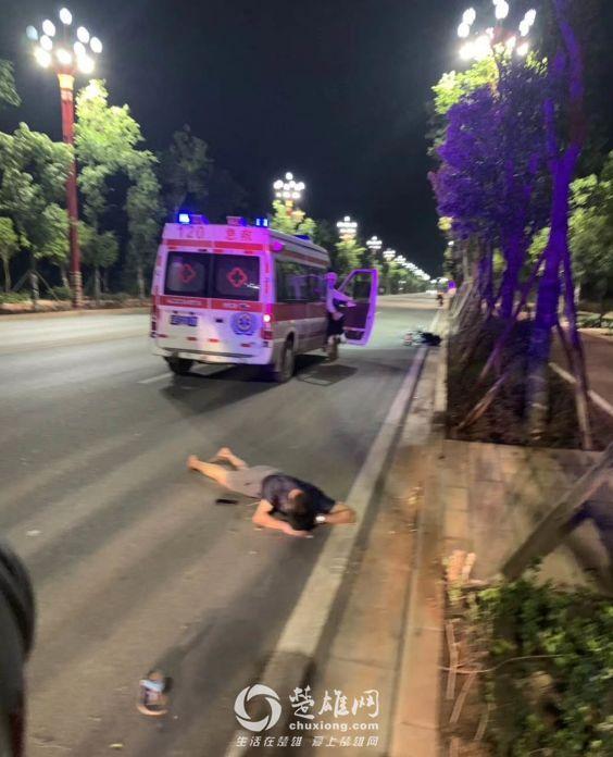 凌晨楚雄街头一男子骑车摔倒,摔出几米远脸着地流血(图)
