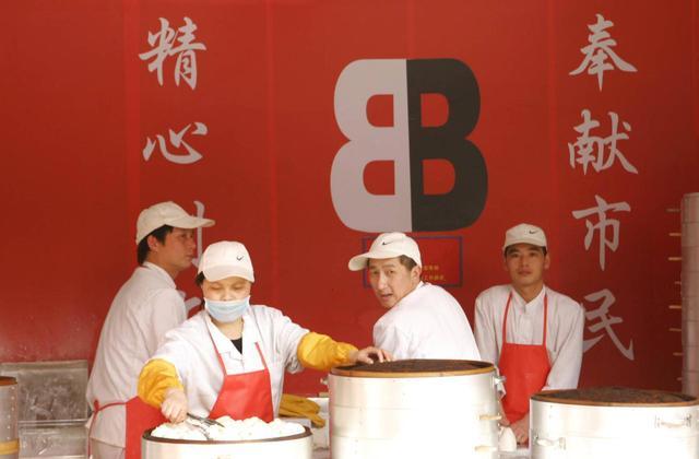 中国馒头大王:曾借三千闯上海,今成亿万富翁竟作出惊人举动
