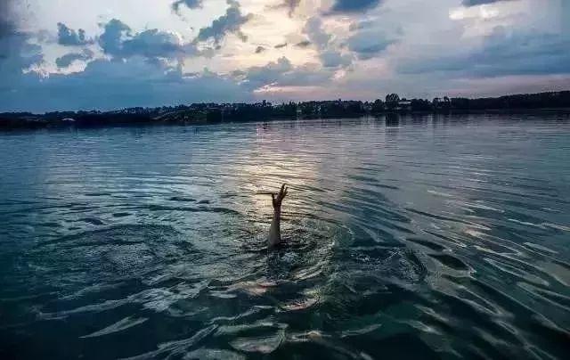 【头条】悲剧再发,信阳一男子下水库游泳不幸溺亡……