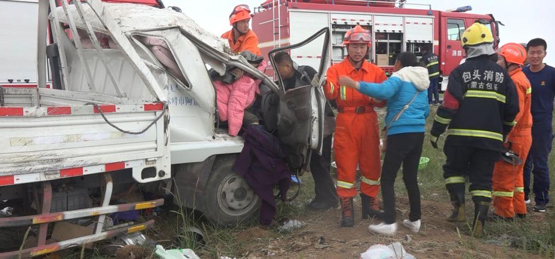 货车翻下公路车头变形!人被死死卡住……