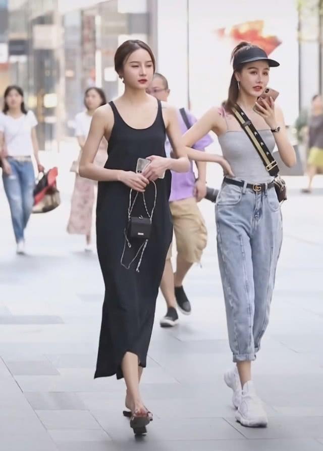 """闺蜜出街,穿长裤的反而赢了穿裙的,全因""""冲浪靴""""太帅"""