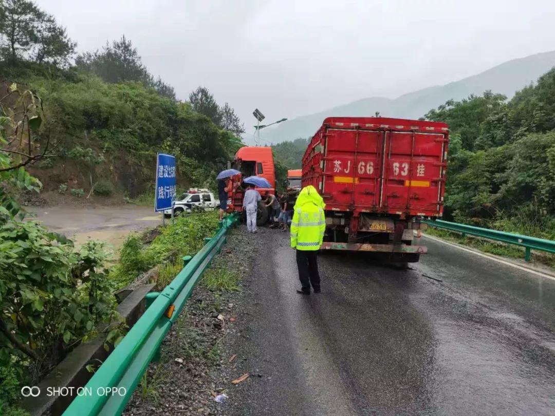 351国道王英镇毛坪村路段:生命防护工程挡住了冲向路边货车