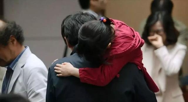 7岁女孩在电梯间遭遇性侵,嫌疑人却被无罪释放。究竟该如何保护我们的孩子