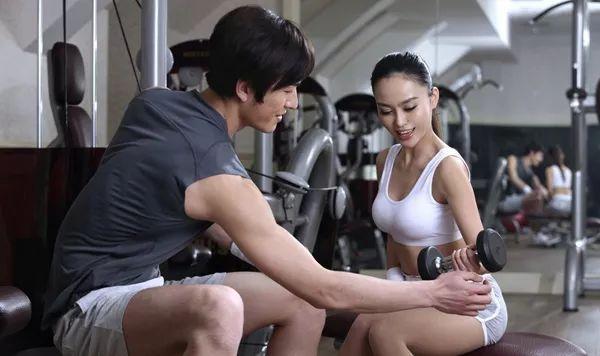 摸胸、陪睡、买课不能退......健身房私教圈子到底有多乱?