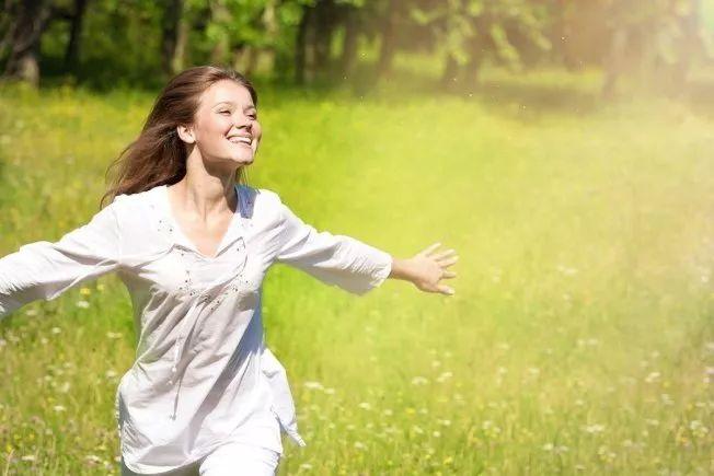 夏天穿白色衣服最凉爽?研究:这样穿最佳