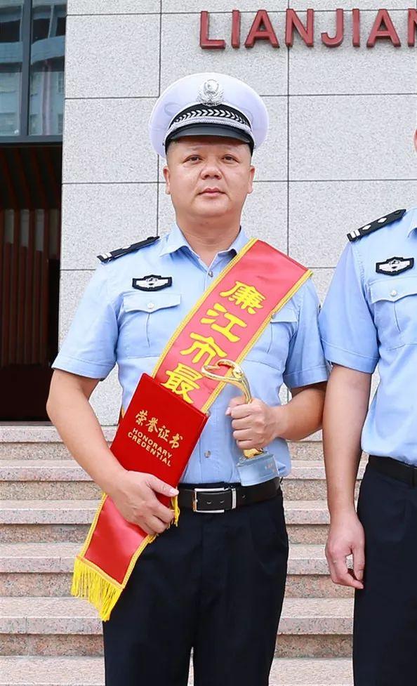 """喜报!廉江公安局10名民警荣获""""廉江最美警察""""称号(图1)"""