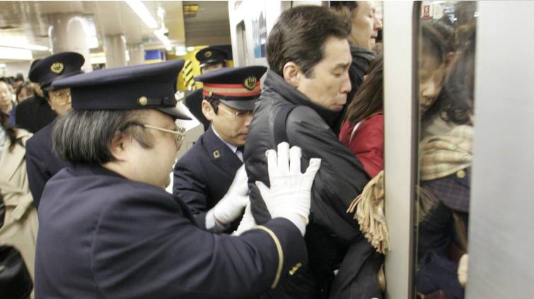"""亚洲最""""拥堵""""的2条地铁线,是女性的""""噩梦"""",网友:宁愿走路"""