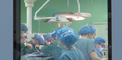 连做4台手术 医生瘫坐老婆病房外 疲惫中带着一丝微笑图片 14096 470x230