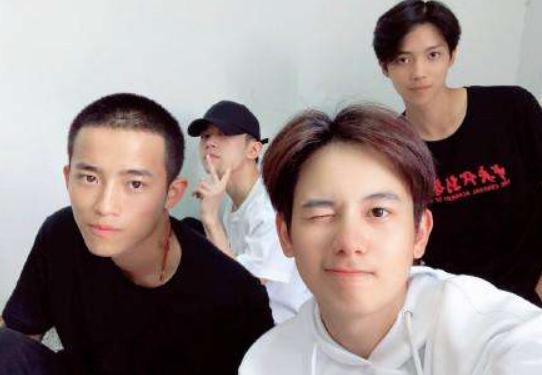 中戏表演班迎来暑假,官方放出全班合照,这些细节你注意到了吗 chunji.cn