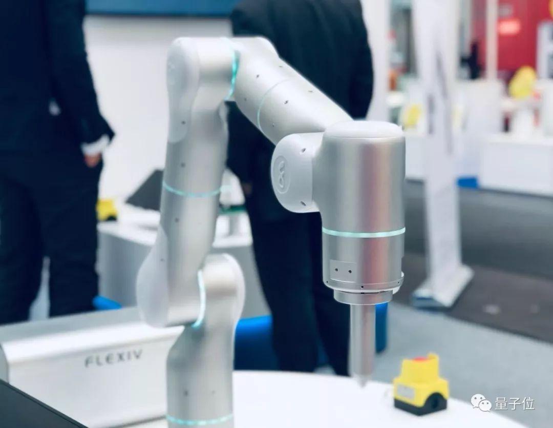 這是全球首個自適應機械臂:精準抗干擾,應用場景可遷移,斯坦福華人團隊打造_機器人