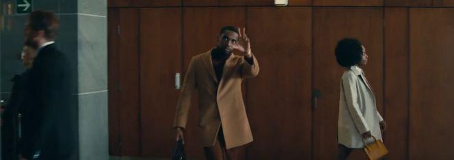 欧美白妇干黑人_电梯口,黑人父亲示意等一下自己,电梯里的白人却无动于衷.