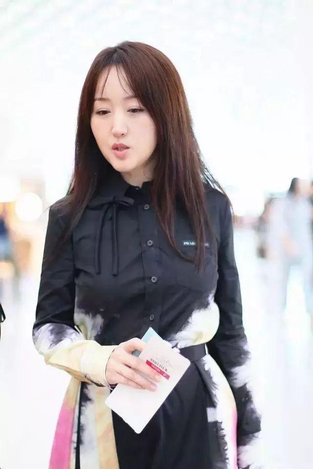 杨钰莹都不老吗?在机场穿彩色衬衫裙,28岁的身材!