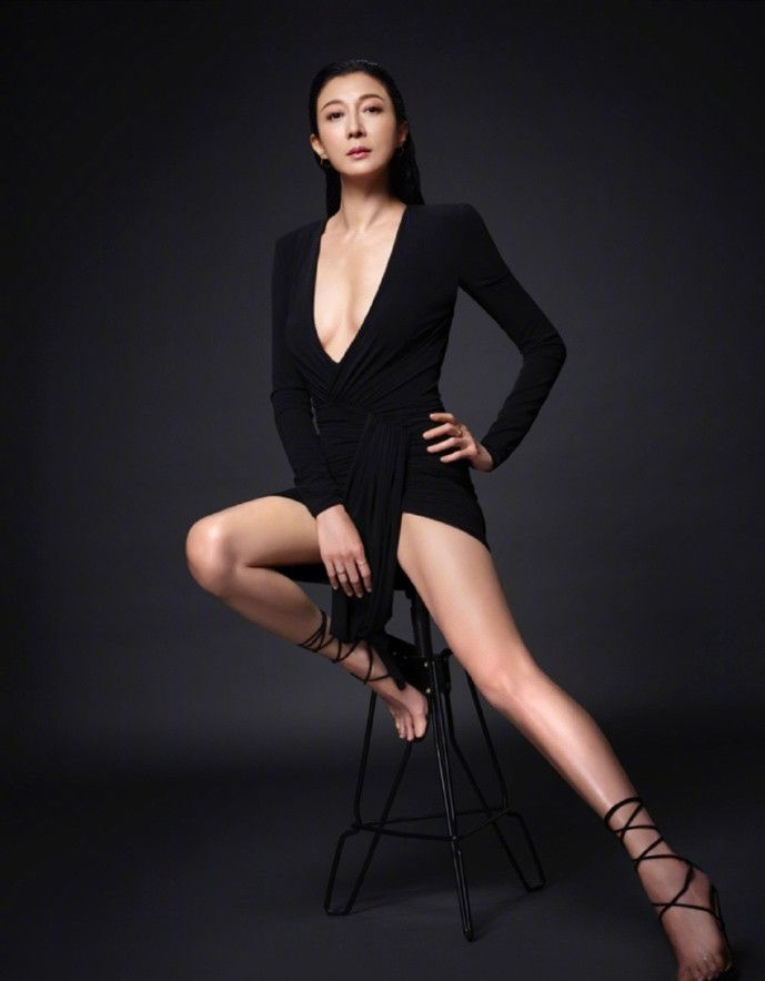 吴绮莉气质真好,烂大街的吊带衫也能穿得如此时尚,45岁美成仙
