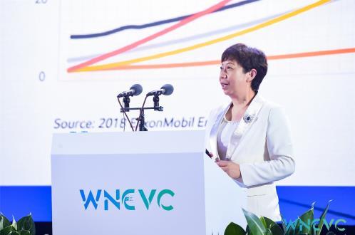 曾红卫的语气前所未有地坚定与自信,埃克森美孚在中国全球首发适用于新能源汽车的Mobil美孚EV产品系列,这也是埃克森美孚近些年来最重要的布局之一,中国汽车产业已成为全球市场的风向标。