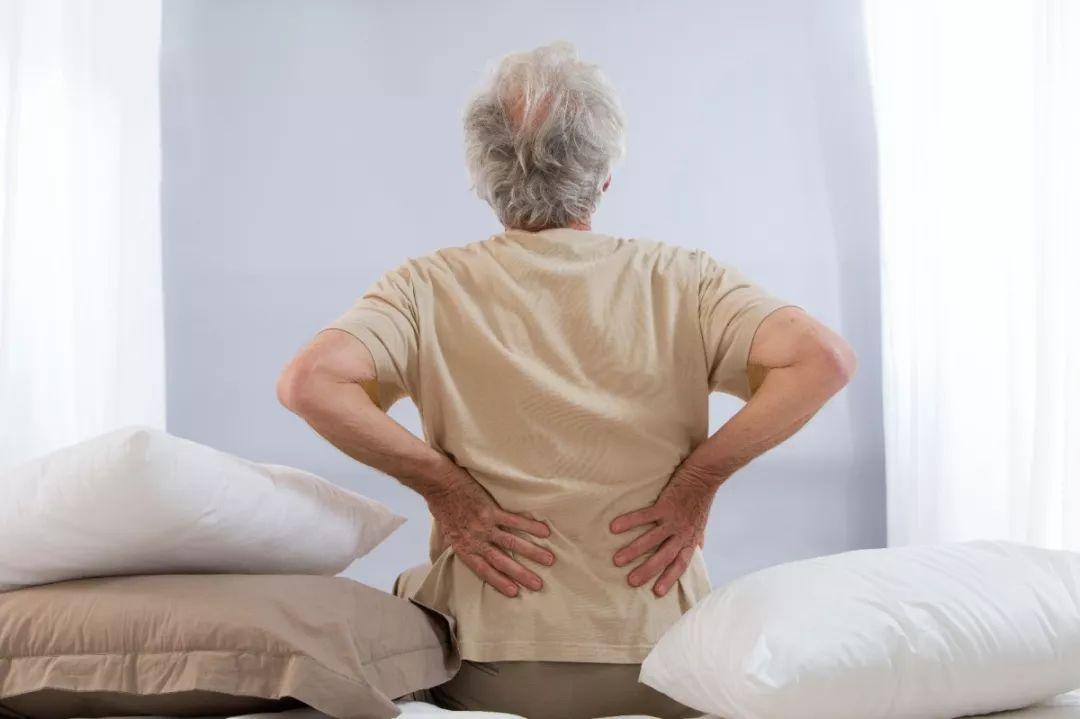 腰背痛没在意,一查竟是癌!难发现、超致命,6大信号必知!