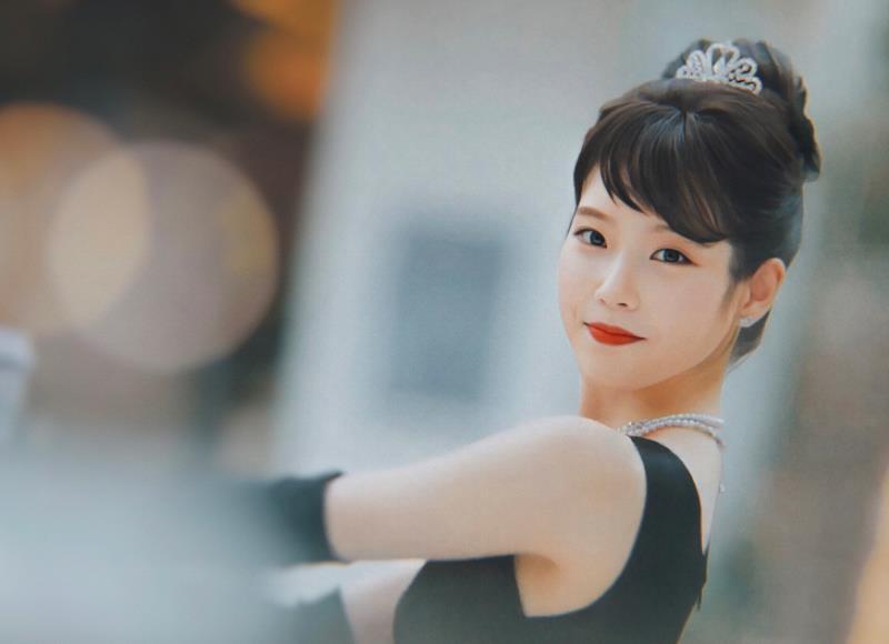 梦想娱乐IU现身新剧公告会导演展现剧本只给过IU