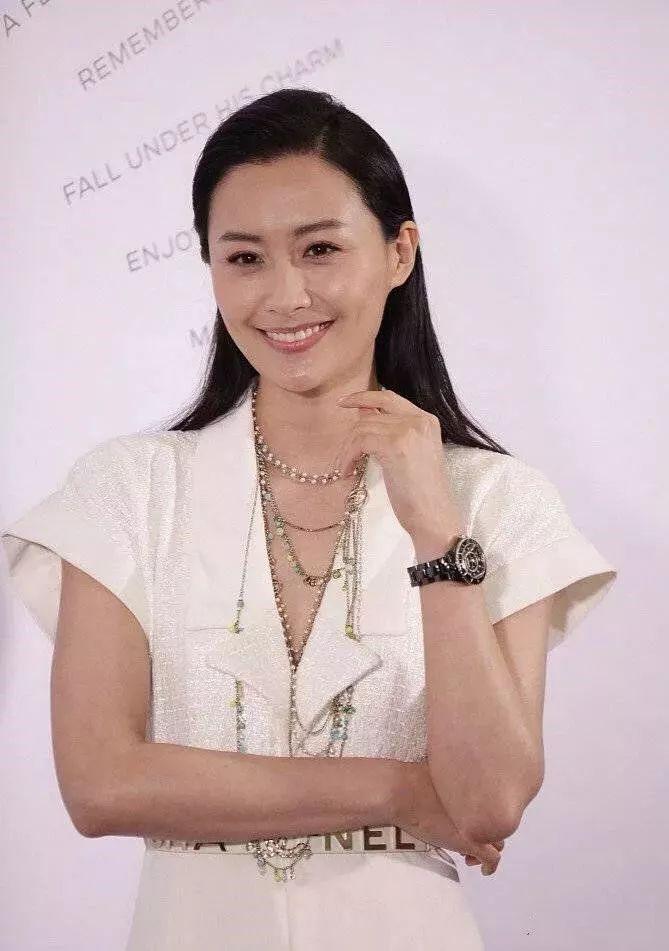陈法拉37岁还这么有气质,同龄的蔡卓妍,只能扮嫩了!