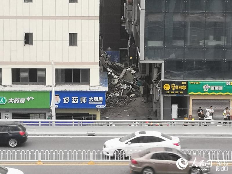 武汉闹市区一酒店大楼部分坍塌 暂未发现人员被困