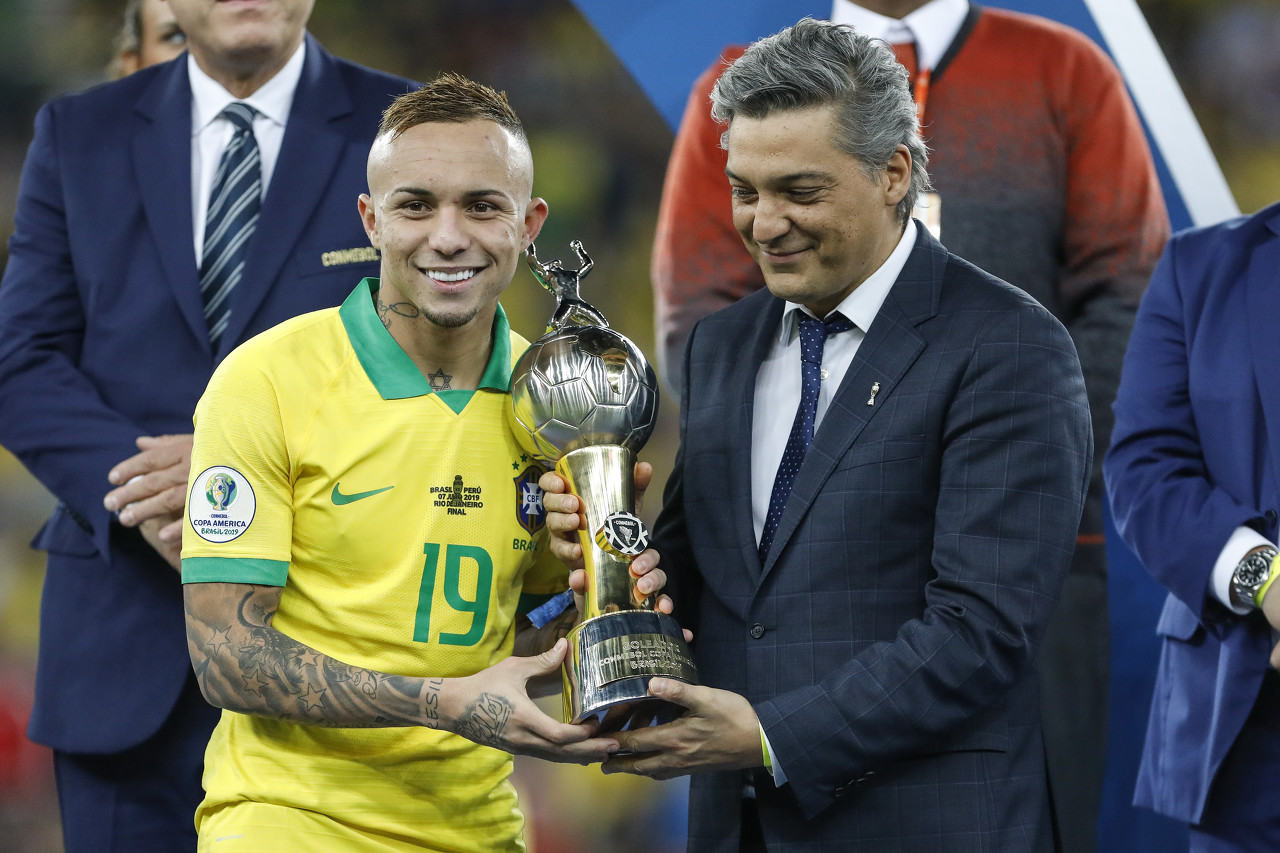球报:巴西国脚埃弗顿渴望去米兰,格雷米奥要价4000万欧