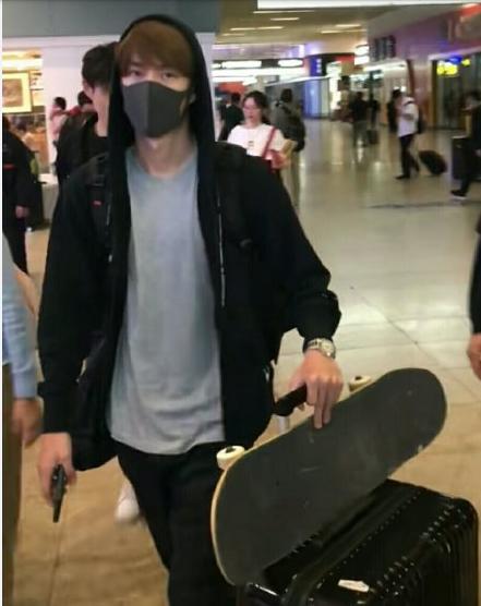 为什么王一博总是在机场带滑板?有网友说是因为机场不能骑摩托