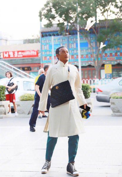陈志朋白衣大褂中国风造型来袭,皮肤黝黑,大胆演绎古朴另类时尚