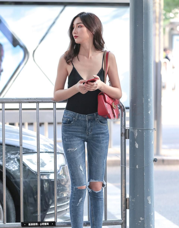 街拍 陪穿衣清凉的女友一起逛街,是一种什么体验