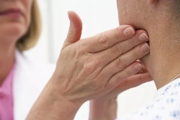 淋巴结肿了,是癌症吗 摸到这样的淋巴结必须要警惕
