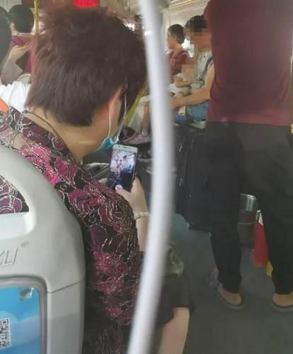 年輕媽媽在公車車上哺乳被人拍照 還連發三四個微信群