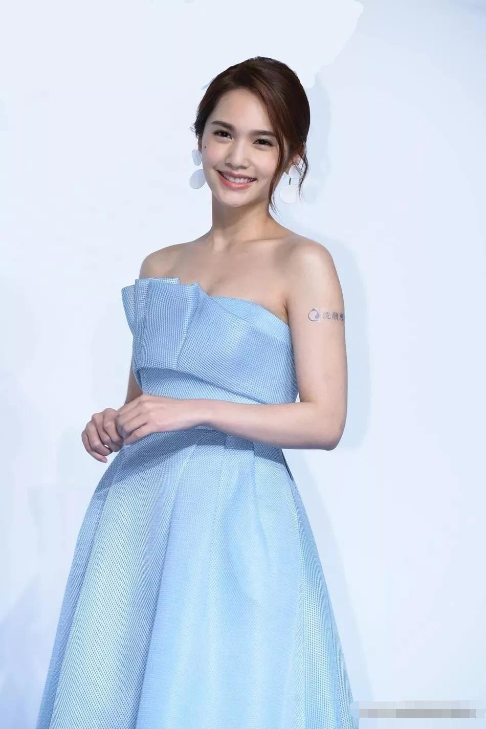 杨丞琳笑起来很甜美,露的手臂快和脖子一样粗,摆摆肉太多了吧!