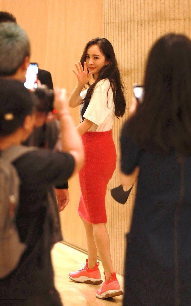 杨幂引以为傲的长腿,穿及膝裙也很一般,穿超短裙谁都腿长!