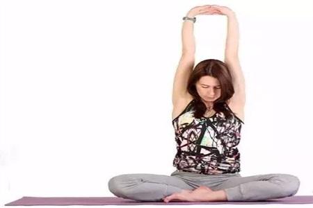练瑜伽的好处,四组瑜伽动作改善你的肩颈不适