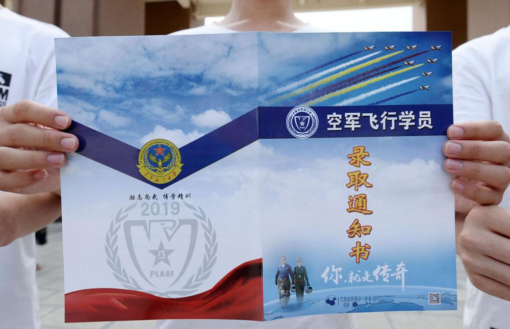 首批大学录取通知书抵邯,四名男孩圆梦蓝天,成为空军飞行学员