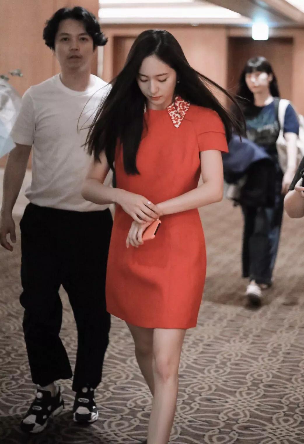 郑秀晶高调亮相,穿2万6小红裙优雅又高级,165cm的身材太惊艳!  第4张 郑秀晶高调亮相,穿2万6小红裙优雅又高级,165cm的身材太惊艳!  时尚 第4张