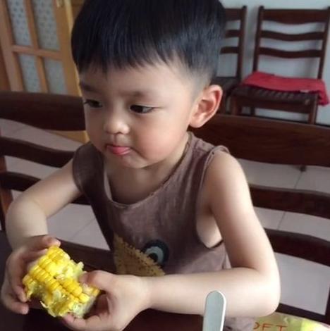 医生建议:别这样给娃吃水果,真的对牙不好,还影响孩子身体发育