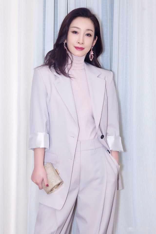 40岁秦海璐太美,穿一袭白裙化身城堡公主,高扎丸子头气场真强